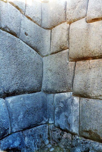 800px-Sacsahuaman_masonry2.jpg