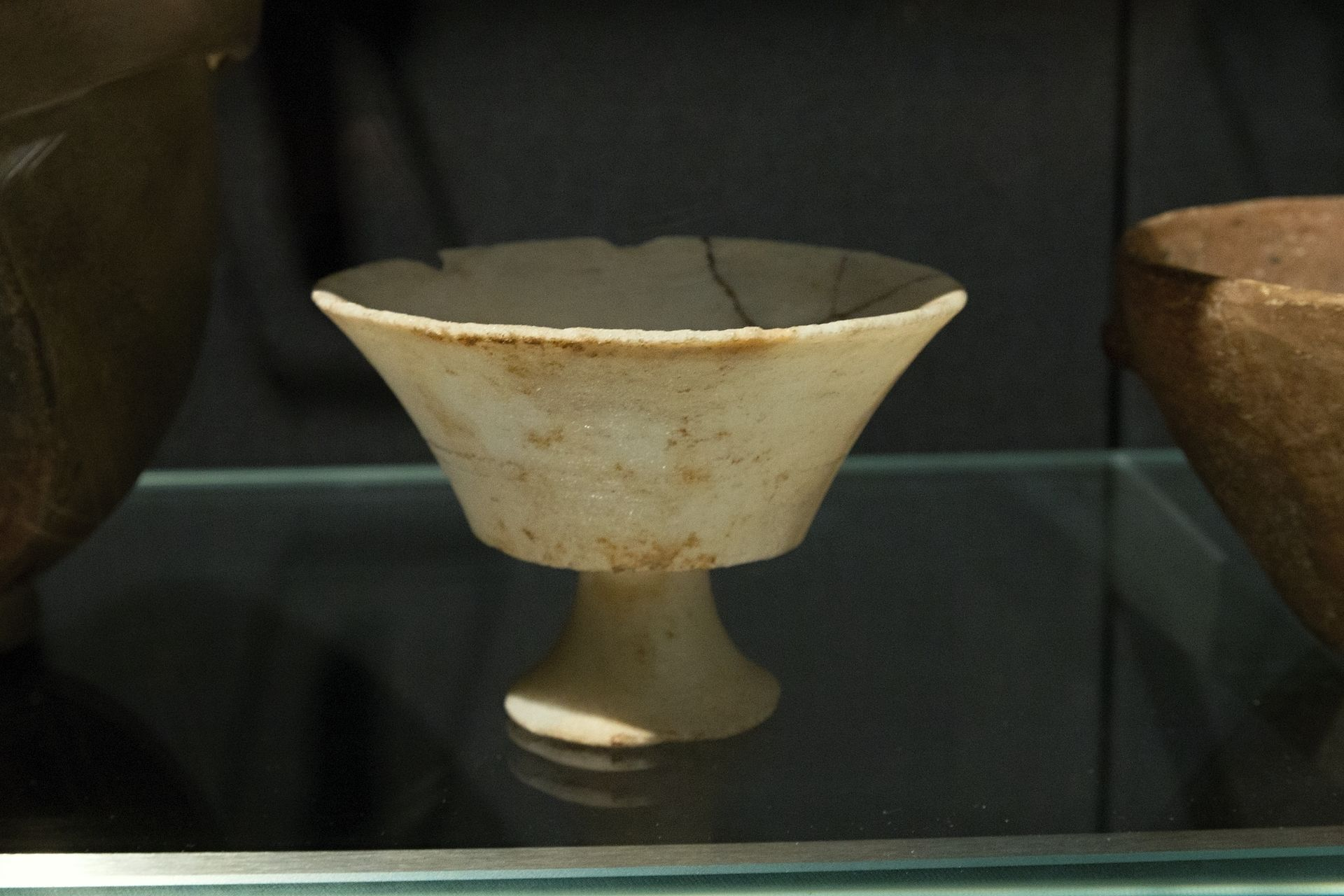 Chalice,_Cycladic_marble_cup,_2700-2200_BC,_BM,_GR_1912,6-26,11,_154382.jpg